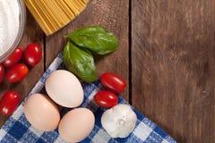 Сырая итальянка высушила связанные спагетти Стоковые Изображения
