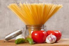 Сырая итальянка высушила спагетти связанные с строкой, стоящей стойкой на деревянном столе Стоковые Фотографии RF