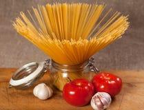 Сырая итальянка высушила спагетти связанные с строкой Стоковые Фотографии RF