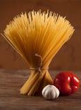 Сырая итальянка высушила спагетти связанные с строкой Стоковые Изображения RF