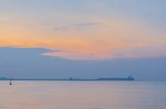 Сырая нефть топливозаправщика перенося системами трубопровода к рифайнеру Стоковые Фото
