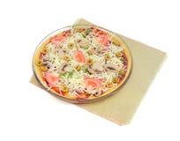 Сырая пицца с цыпленком, грибами, томатами, оливками на ligh Стоковое Изображение RF