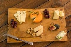 Сырная доска с плодоовощ и травами Стоковая Фотография