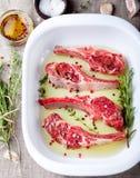 Сырое мясо, баранина, шкаф овечки с marinated Стоковая Фотография RF