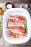 Сырое мясо, баранина, шкаф овечки с marinated Стоковое Изображение RF