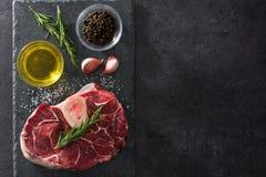 Сырое мясо и ингридиенты на черном взгляд сверху шифера Copyspace Стоковые Изображения