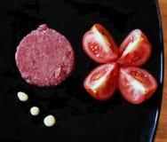 Сырое мясо и томаты Стоковая Фотография RF