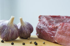 Сырое мясо и чеснок на конце-вверх Стоковое фото RF
