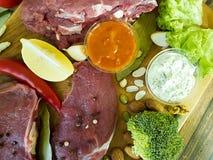Сырое мясо на брокколи деревянного chili доски перца органическом Стоковое Изображение RF
