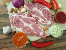 Сырое мясо на гайках деревянных доски перца, натуральные продукты chili Стоковое Изображение