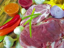 Сырое мясо на гайках деревянных доски перца, chili, лимон, перец, чеснок, натуральные продукты Стоковые Изображения RF