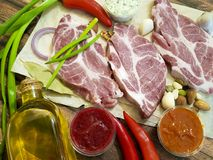 Сырое мясо на гайках соуса перца, перец залива chil, рецепт Стоковая Фотография RF