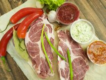 Сырое мясо на гайках соуса перца, перец залива chil, чеснок, рецепт Стоковое фото RF