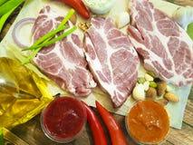Сырое мясо на деревянных натуральных продуктах chili доски перца Стоковая Фотография