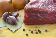 Сырое мясо на конце-вверх Стоковые Изображения