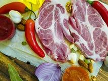 Сырое мясо на перце, масло, соус, гайки, chili, лимон, перец залива, чеснок, натуральные продукты Стоковое Фото