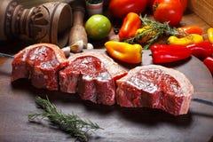 Сырое мясо на протыкальнике Стоковое Изображение RF