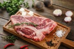 Сырое мясо на древесине Стоковые Фотографии RF