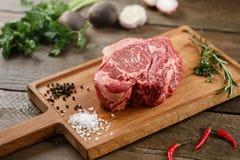 Сырое мясо на древесине Стоковая Фотография