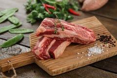 Сырое мясо на древесине Стоковое Изображение RF