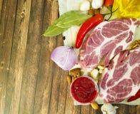 Сырое мясо на соусе перца, гайки, перец залива chil, чеснок, натуральные продукты Стоковая Фотография RF