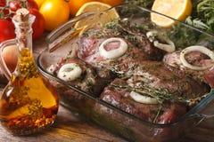 Сырое мясо marinated в зеленом конце травы вверх в шаре горизонтально Стоковые Изображения