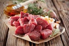 Сырое свежее diced закалённое мясо с травами стоковая фотография