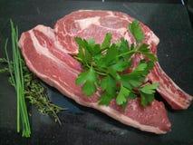 Сырое carvery говядины на поверхности кухни стоковые изображения rf