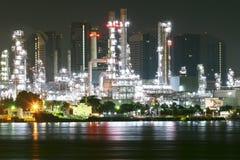 Сырой нефти, работа нефтеперерабатывающего предприятия нужна определенность, точность стоковая фотография