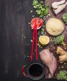 Сырой рис с cilantro, имбирем, соевым соусом, грибами устрицы, и лимоном, куриной грудкой, красными палочками, концепцией японско стоковая фотография rf