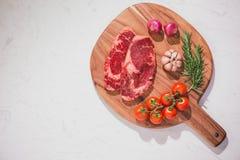Сырцовая говядина на разделочной доске с специями и ингридиентами для coo стоковая фотография