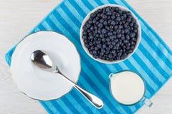 Сырцовая голубика в шаре, кувшине молока, шаре и ложке Стоковая Фотография RF