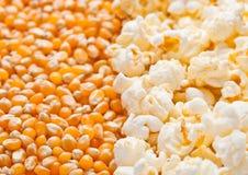 Сырцовая золотая сладостной плита семян мозоли и попкорна половинная Стоковая Фотография