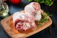 Сырцовая костяшка индюка на разделочной доске готовой для печь Стоковое фото RF