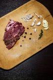 Сырцовая мраморизованная говядина на разделочной доске На черной предпосылке Стоковые Фотографии RF