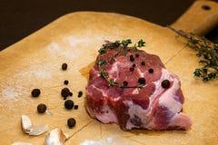 Сырцовая мраморизованная говядина на разделочной доске На черной предпосылке Стоковые Фото