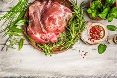 Сырцовая нога овечки с свежей травой на белой деревенской деревянной предпосылке, взгляд сверху Стоковые Фотографии RF