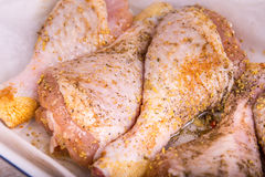 Сырцовая нога цыпленка на разделочной доске Стоковая Фотография