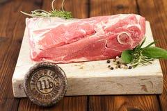 Сырцовая овечка плеча на деревянной доске и таблице Стоковые Фото