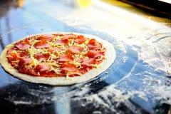 Сырцовая пицца получает готовой для печь Ингредиенты yummy пиццы имеют pepperoni, сыр моццареллы, томатный соус Оно выглядит очен стоковое фото rf