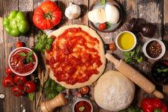 Сырцовая пицца теста стоковые фотографии rf