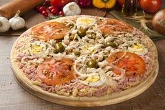 Сырцовая португалка пиццы на деревянной предпосылке Стоковая Фотография
