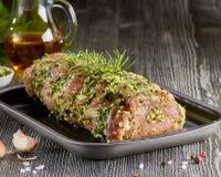 Сырцовая поясница свинины с специями в подносе выпечки стоковое изображение rf