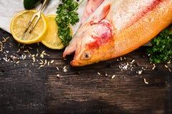 Сырцовая подготовка рыб радужной форели на старом деревянном столе Стоковые Изображения RF