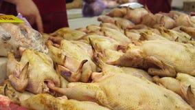Сырцовая свежая птица duck мясо продавая на рынке Русский рынок продуктов Большие туши уток лежат на счетчике _ сток-видео