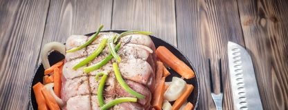 Сырцовая свиная отбивная marinated крен мяса с сортированными овощами Стоковое Изображение