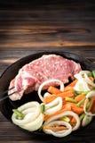 Сырцовая свиная отбивная marinated крен мяса с сортированными овощами Стоковая Фотография