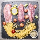 Сырцовая утиная грудка при спагетти, томаты вишни, черный перец, прерванные луки и другие приправы, положенные вне мрамору дереве Стоковые Изображения