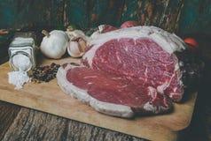 Сырцовое вырезывание говядины для стейка с приправой стоковое изображение