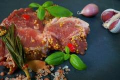 Сырцовое мясо шеи свинины с специями готовыми для барбекю стоковое изображение